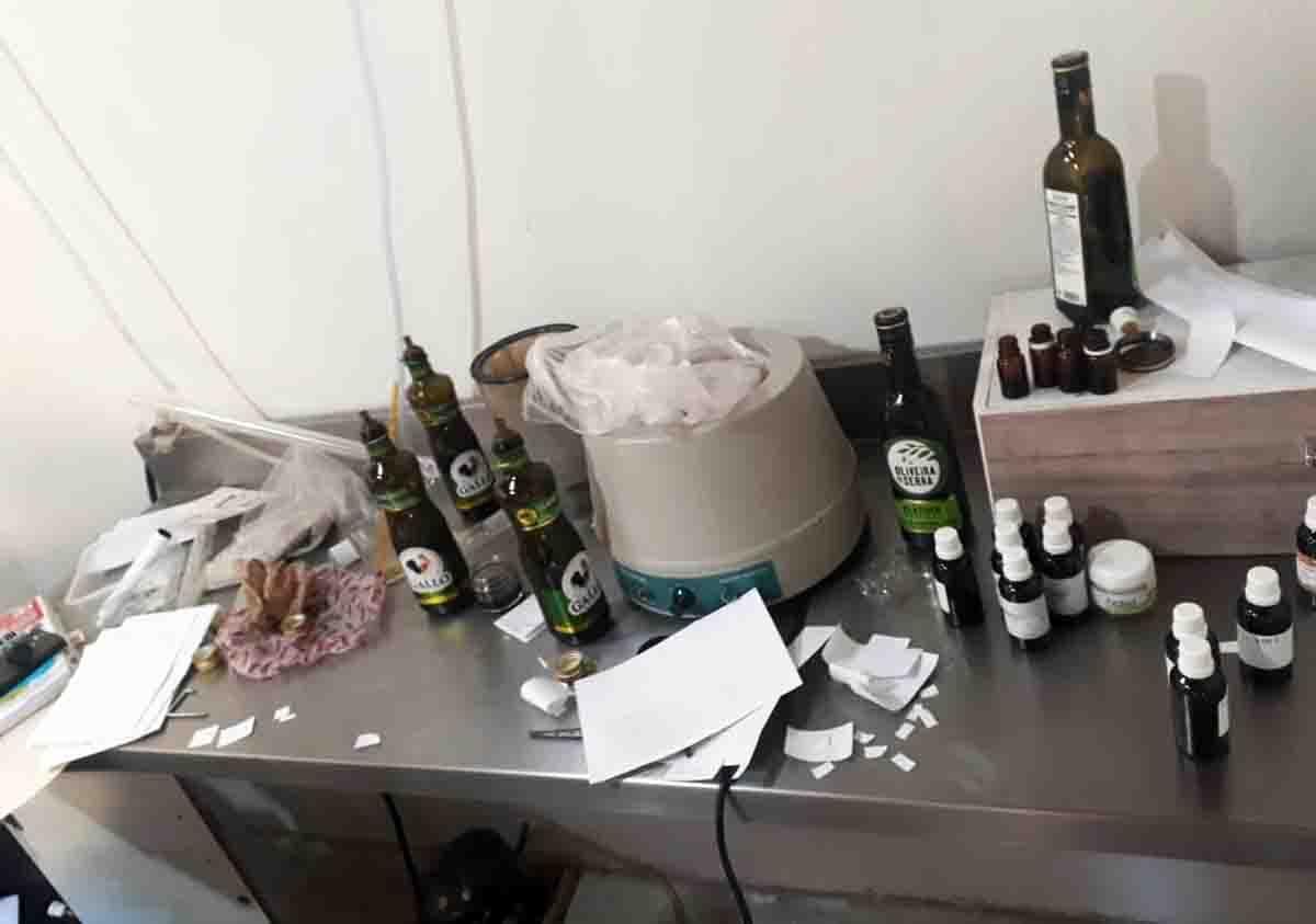 """No cômodo ainda foram encontrados frascos com a etiqueta """"Petbiol"""" para armazenamento do """"canabidiol"""""""