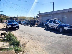 Equipes ROM e Canil realizaram o cerco e conseguiram deter dois traficantes na Plínio Dallara