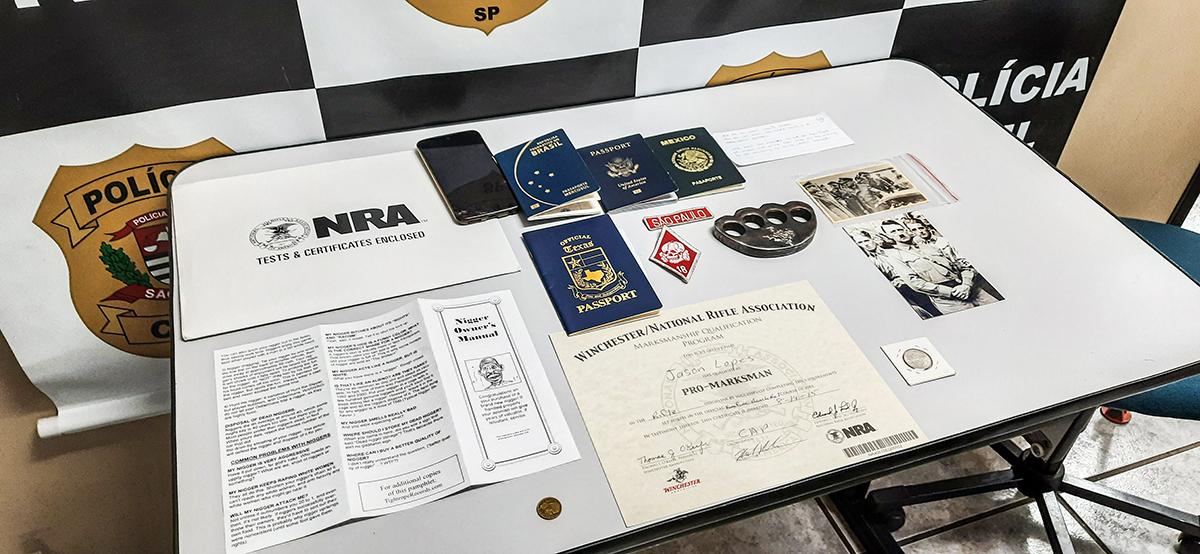 Três passaportes, soco inglês e materiais com apologia ao nazismo, como moedas o Reich e fotos de Hitler (fotos abaixo), estavam na bagagem de Jason