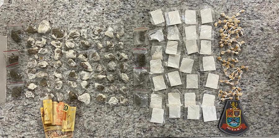 Foram apreendidos 78 pedras de crack, 64 porções de maconha e 28 papelotes de cocaína