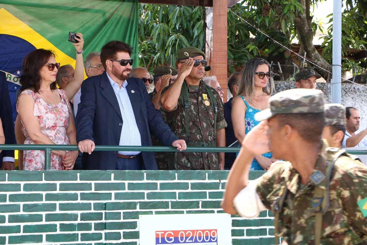 Subtenente Eudes, ao lado do vice-prefeito Amauri Sodré e sua esposa, Cleide Izeppe durante formatura dos Atiradores | Divulgação