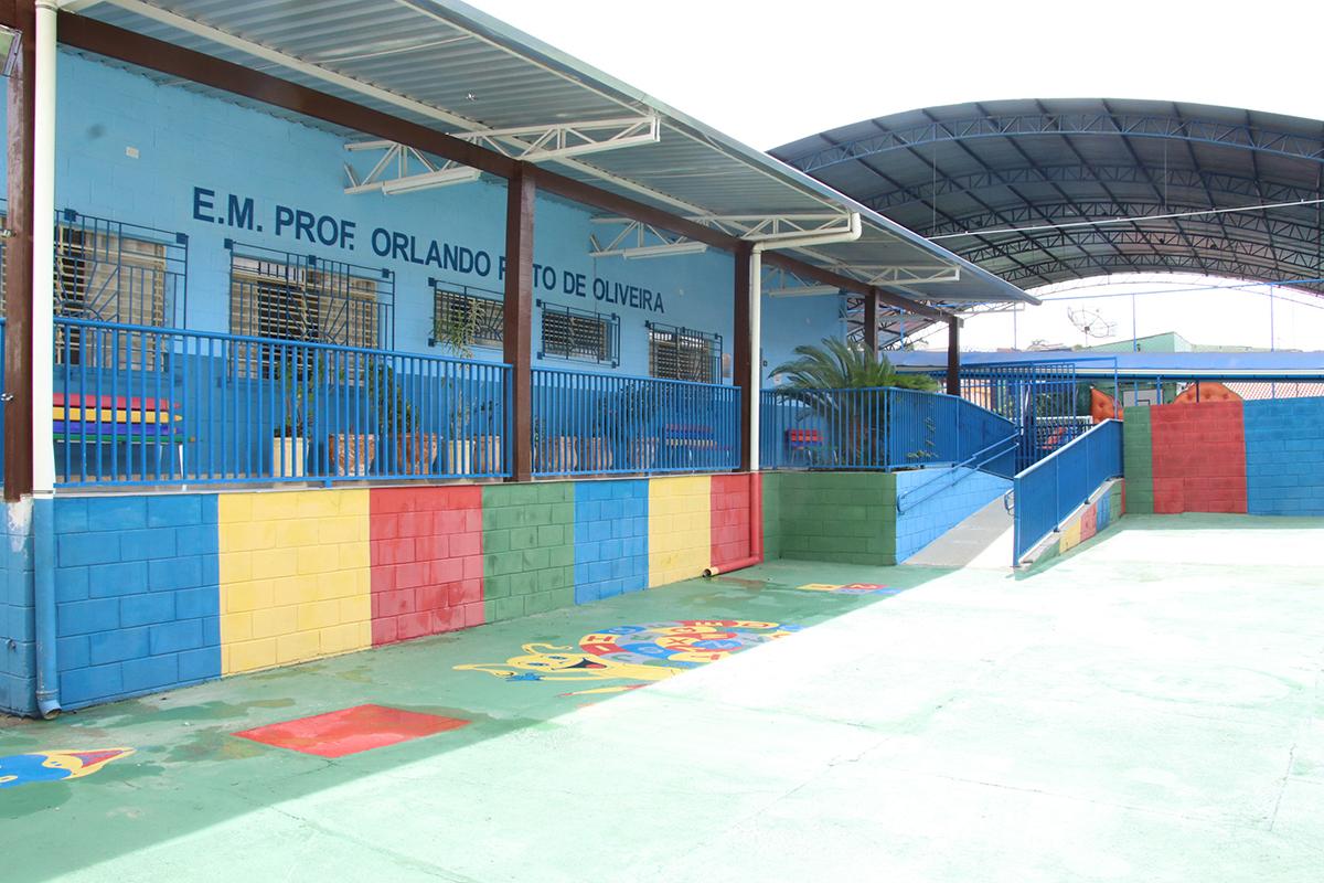E.M. Prof. Orlando Pinto de Oliveira recebeu pintura, iluminação LED e  troca de telhas | DIMP