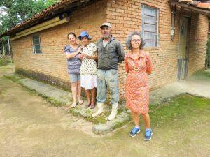 Durante pesquisa de campo, a artista Marinilda Boulay (de vestido, à direita) com a benzedeira Therezinha Gomes de Moraes (de chapéu azul) e familiares   Cuca Jorge