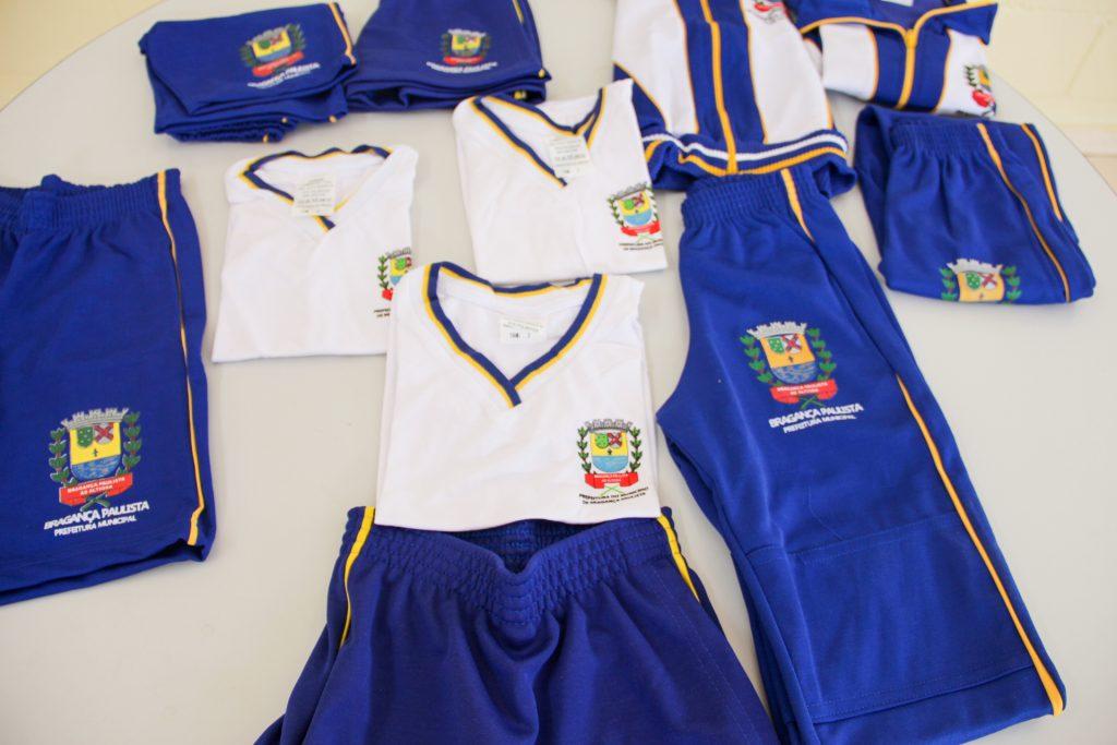 Kit escolar e uniformes foram entregues no primeiro dia de aula ocorrido na última segunda-feira (8)